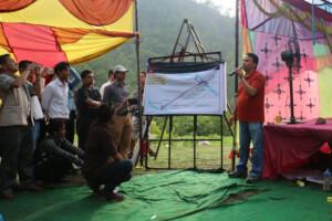 माथिल्लो कर्णाली जलविद्युत आयोजनाको प्राविधिक पक्षकाबारेमा जानकारी गराउँदै जिएमआर माथिल्लो कर्णाली जलविद्युत आयोजनाका प्रबन्धक प्रदीप नेपाल । तस्बिर: रमेश लम्साल, रासस